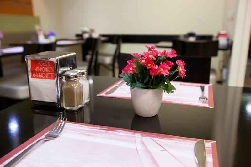 Fleurs roses dans le restaurant
