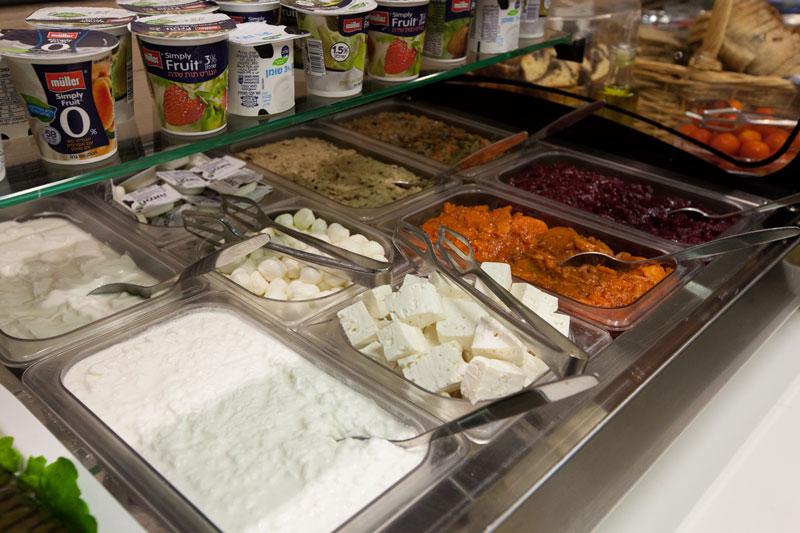 Les produits laitiers et une variété de salades