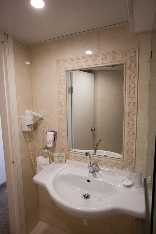 Évier de salle de bains et miroir