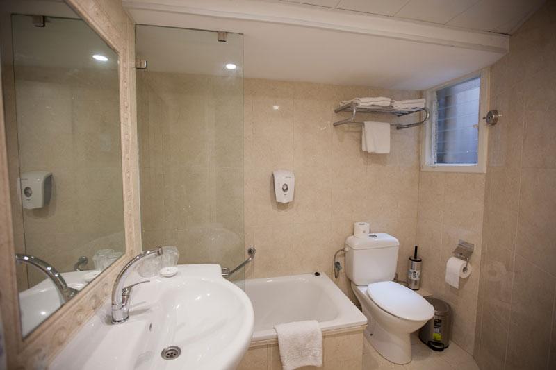 Toilettes avec baignoire
