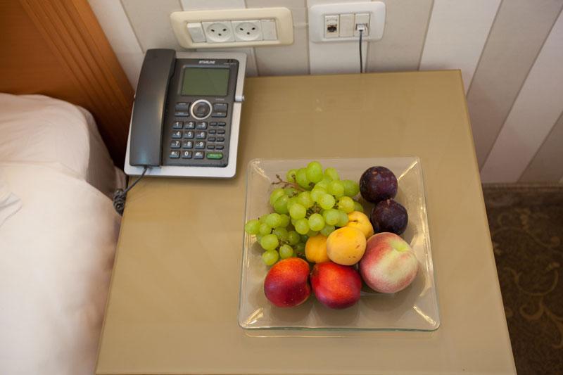 Telephone et fruits dans la chambre