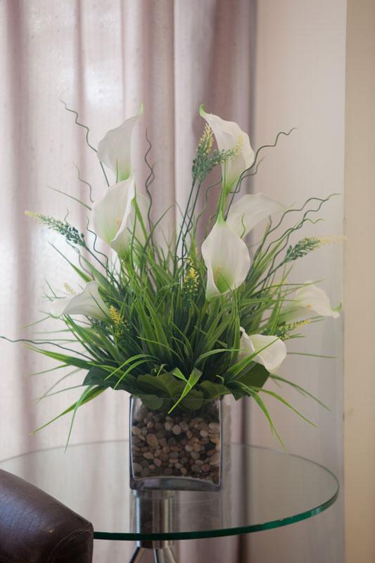Fleurs blanches dans la salle